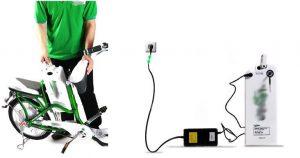 Nhấc bình điện ra ngoài sạc- acquy xe đạp điện