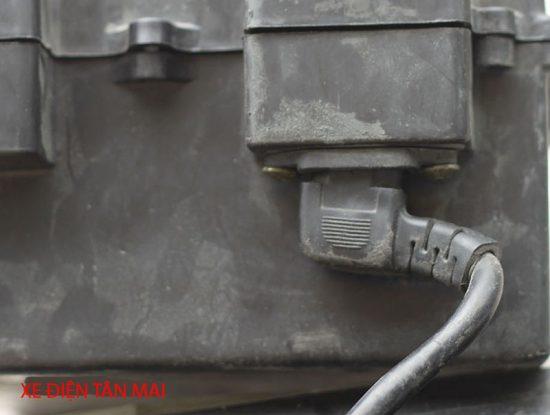 Kiểm tra dây nối từ bình vào xe