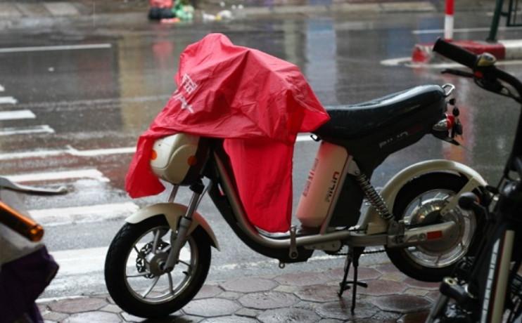 Xe đạp điện để dưới trời mưa