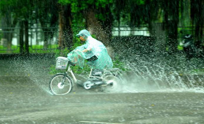Xe đạp điện đi dưới trời mưa
