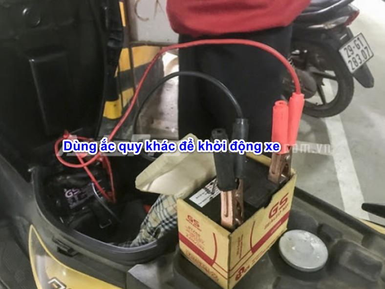 Ắc quy xe máy hết điện phải làm sao ?