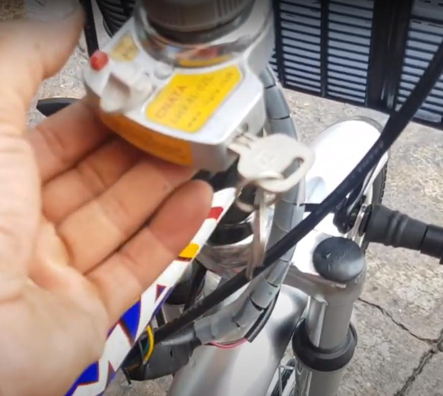 cách khóa cổ xe đạp điện Asam
