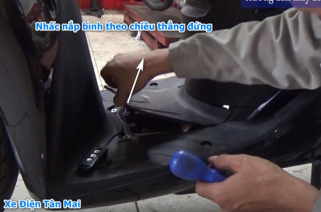 Tháo nắp đậy bình xe sh việt